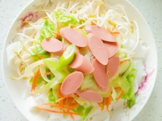 油淋河粉,火腿肠直接切成薄片摆在上面,可以适量加点大葱调味。