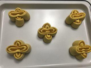 花朵南瓜包~南瓜面团南瓜馅儿,两个两个切面往上十字交叉在烤盘摆好。