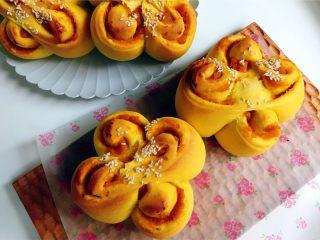 花朵南瓜包~南瓜面团南瓜馅儿,出炉放烤网晾凉,凉到手温密封保存。