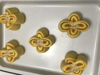 花朵南瓜包~南瓜面团南瓜馅儿,入温暖湿润处进行最后发酵。发酵完毕,中间撒白芝麻。