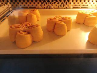 花朵南瓜包~南瓜面团南瓜馅儿,入预热好的烤箱中层上下火180度烤18分钟。火力时间根据自己烤箱。