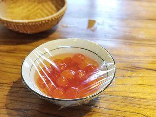 中式点心—酥掉渣的蛋黄酥,将咸蛋黄置于碗中后,加入玉米油并使其没过蛋黄,浸泡过的咸蛋黄再烘烤的时候,表面就不会那么的干了。放置一旁,浸泡至少一小时的时间。