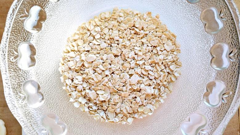 微波炉香蕉牛奶燕麦,称出25g燕麦片,放在微波炉可以使用的碗中