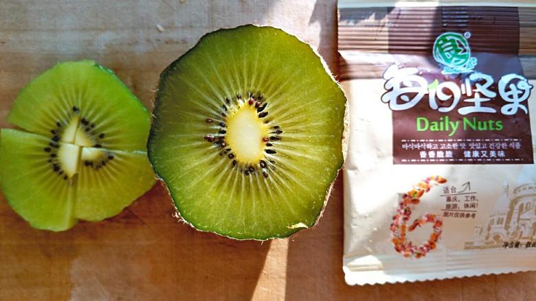 微波炉香蕉牛奶燕麦,等待期间准备自己想要搭配的水果坚果