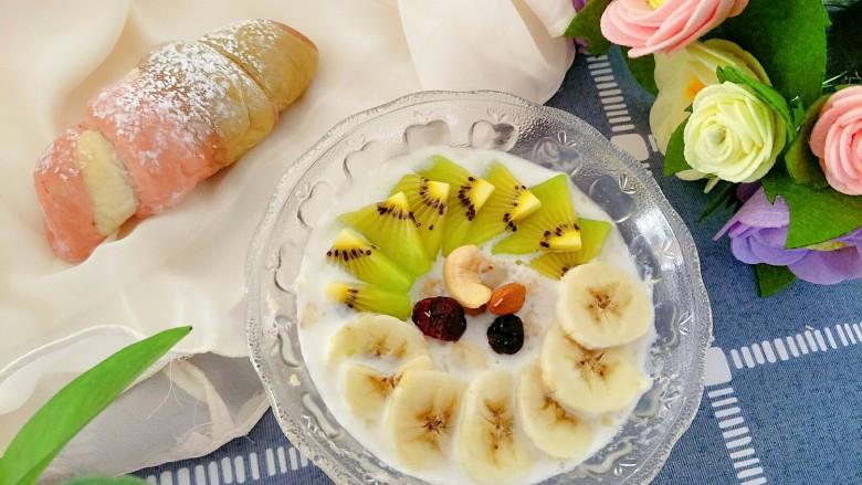 微波炉香蕉牛奶燕麦,水果和坚果放上,赶紧动手吧,搅拌一下哦
