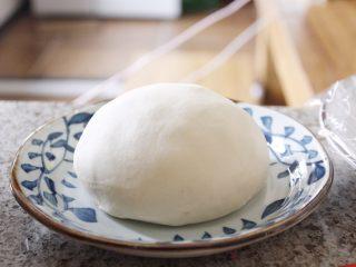 中式点心—酥掉渣的蛋黄酥,油酥部分用料放入打蛋盆,先用刮刀搅拌均匀,后用手将面团捏成一团,手温会软化猪油,使其与面粉充分混合。