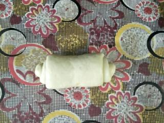 奶油蜂蜜脆底小面包,从上往下卷起,捏紧收口