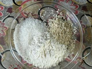 奶油蜂蜜脆底小面包,脆底材料全部倒在碗里