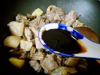 腊鸭炖萝卜,放1/2汤匙老抽