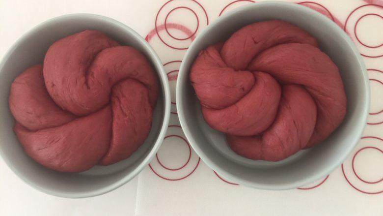 吃掉一朵花+红丝绒花儿面包,接口朝下放入模具里