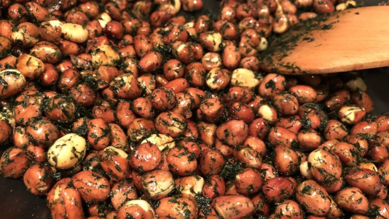 海苔花生米,粒粒包裹上海苔就完成了 起锅装盘
