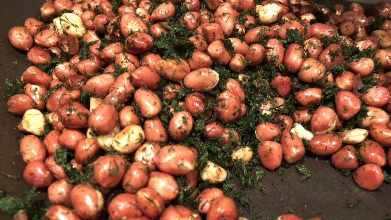 海苔花生米,翻炒至海苔吸收完食用油