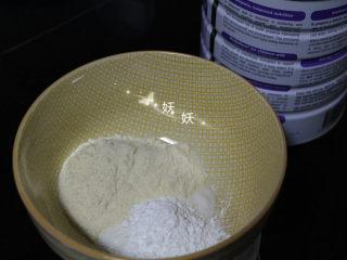 酸奶溶豆,奶粉和玉米淀粉加入酸奶里,奶粉我用的澳洲版的雅培小安素,你们可以用自己家宝宝吃的配方奶粉。
