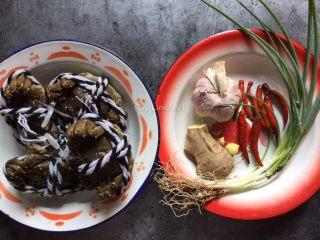 香辣螃蟹,所需食材:螃蟹4只、生姜1块、蒜瓣8个、小红椒8个、香葱3根、辣椒酱1勺、淀粉适量、食用油适量