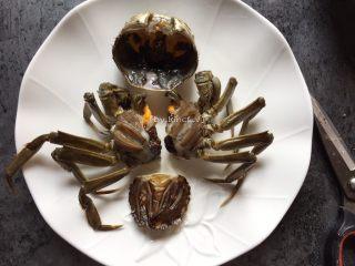 香辣螃蟹,首先将所有螃蟹洗刷干净,接着将螃蟹分成几块,去除尾部(辩别公母的部分),去除蟹腮和黑色部分,待用