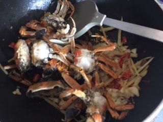 香辣螃蟹,接着加入榨好的螃蟹