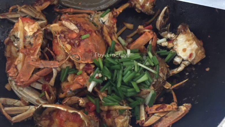 香辣螃蟹,最后加入香蒜翻炒均匀即可