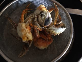 香辣螃蟹,炸至蟹黄微黄即可控油捞起