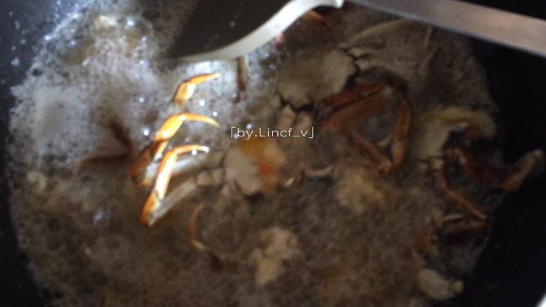 香辣螃蟹,放入沾好淀粉的螃蟹油炸