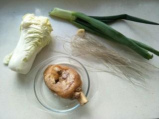 白菜猪肉炖粉条,准备食材:白菜400克,熟肘子肉一块(或者生五花肉)葱一根,姜和粉条。