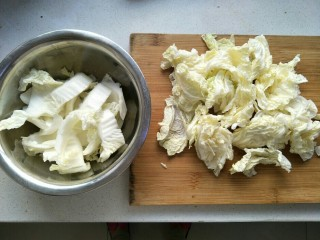 白菜猪肉炖粉条,把帮子和叶子切好分开放。