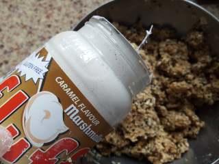 粗粮燕麦饼干,8.最后加入焦糖风味的棉花糖。