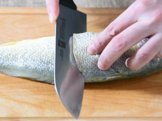 快手版红烧大黄鱼问世,简单操作,味道鲜美!,先将鱼刮去鳞片、内脏,用到在鱼身上划几道口