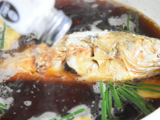 快手版红烧大黄鱼问世,简单操作,味道鲜美!,倒入开水没过鱼身,撒入2g盐