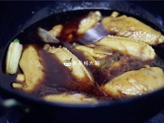 红烧鸡翅,加入适量开水,水量以没过鸡翅的量为佳