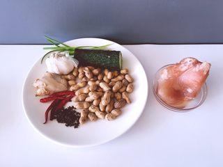 下饭菜 宫爆鸡丁,将鸡胸肉花生黄瓜大蒜生姜红尖椒花椒葱准备好