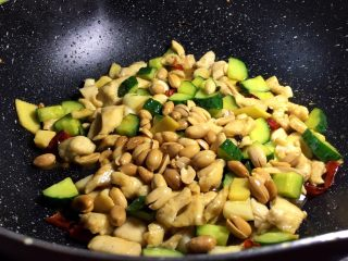 下饭菜 宫爆鸡丁,放入调好的酱汁,加入炸好的花生米翻炒收汁即可出锅