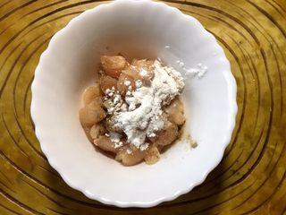 下饭菜 宫爆鸡丁,放入半勺盐,淀粉和少许水搅匀腌制20分钟