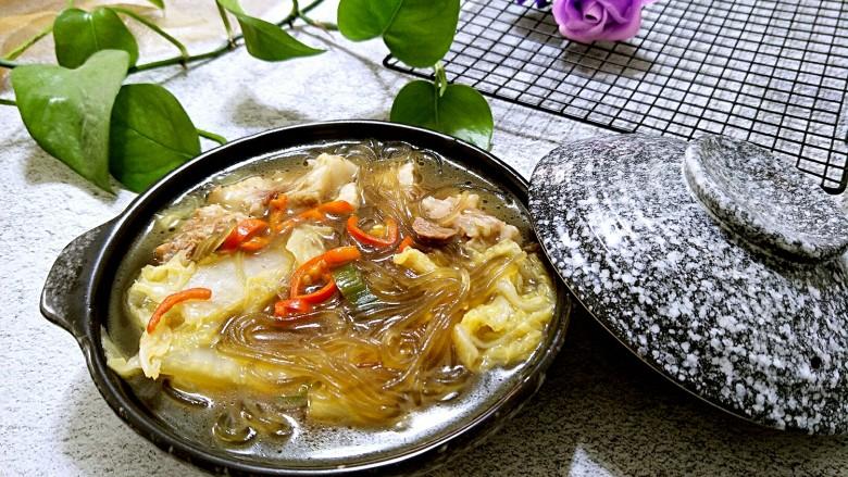 白菜猪肉炖粉条,装盘上桌,冬天来上一碗真的是暖暖的。