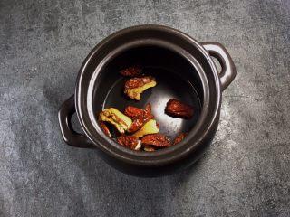 养生之姜汁红糖水,准备一个煲汤的将红枣放入煲中