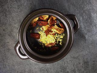 养生之姜汁红糖水,将切碎的生姜末放入煲中