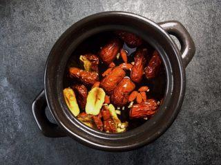 养生之姜汁红糖水,在煲里放150毫升的矿泉水