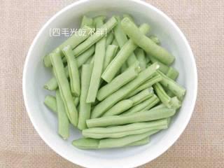 干煸四季豆,洗净后完全沥干水分;