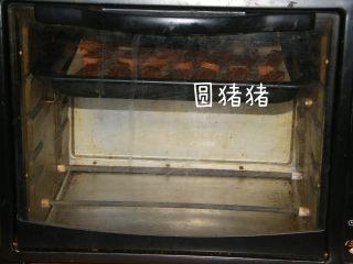 巧克力脆棒,烤箱170度预热,上下火,170度上层15分钟,再转中层150度烤10分钟。