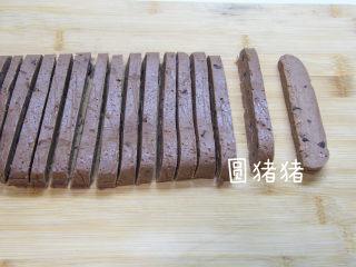 巧克力脆棒,至面团变硬后,切成5mm厚片状。