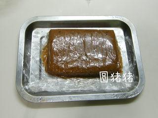 巧克力脆棒,将制好的长方形面团移到方盘上,入冰箱冷冻约20分钟。