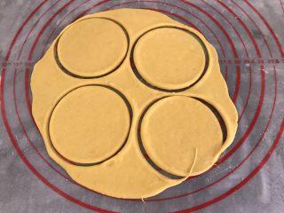 中式点心~玫瑰花馒头(南瓜版),用瓶子盖印出圆形面片(不会用擀面杖,所以出此下策)