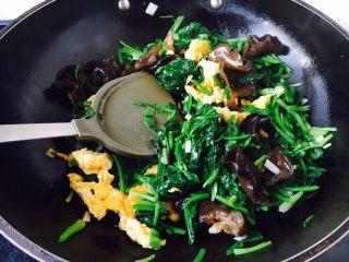 菠菜木耳炒鸡蛋,把它们翻炒均匀