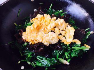 菠菜木耳炒鸡蛋,放入鸡蛋