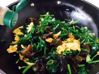 菠菜木耳炒鸡蛋,放入少许白胡椒粉