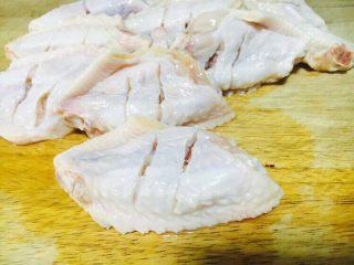 无水无盐无油 低热量 樱桃鸡翅,在鸡翅的背面滑两道(刀),目的是以便入味。 在清水中浸泡半个小时,以便泡出血水。