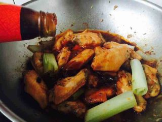 无水无盐无油 低热量 樱桃鸡翅,小火炖了20分钟后,打开锅盖,你会发现锅里的汤汁变多,我们需要收汁,把火调到大火。 放入1勺的蚝油后翻炒均匀,要不停的翻炒,以免糊锅。 放蚝油,一是为了提鲜,二是加速收汁。
