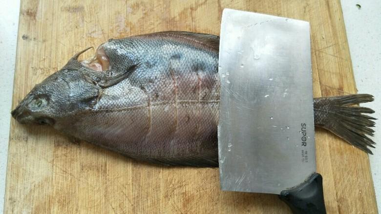 红烧鱼,背部打斜刀。