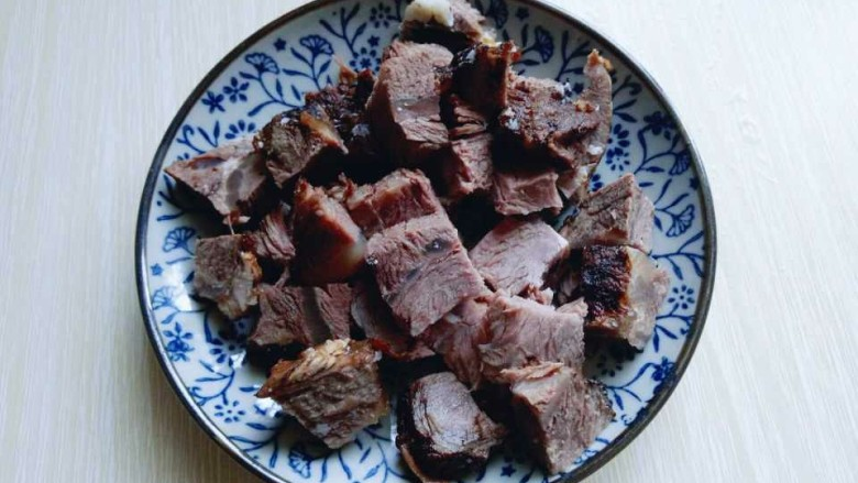 番茄牛肉汤,将提前用做的<a style='color:red;display:inline-block;' href='/shicai/ 8826'>熟牛肉</a>,切块。(我是提前用高压锅做熟的牛肉)