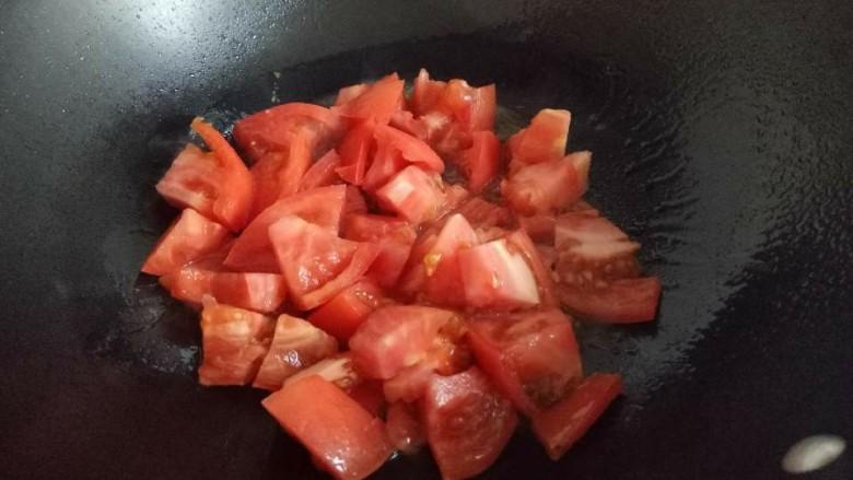 番茄牛肉汤,起油锅,加入切好的番茄翻炒。