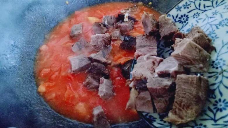 番茄牛肉汤,加入熟牛肉块。